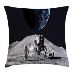 Ay'daki Astronot Temalı Yastık Kırlent Kılıfı