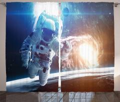 Uzaydaki Astronot Fon Perde Beyaz Lacivert