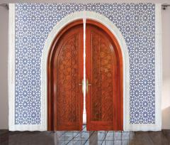Ahşap Kapı ve Geometrik Fon Perde Dekoratif
