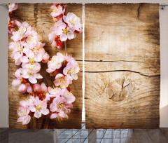 Ahşap Üstü Pembe Çiçek Fon Perde Dekoratif