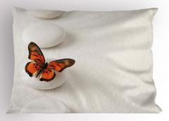 Taşın Üstündeki Kelebek Yastık Kılıfı Şık Tasarım