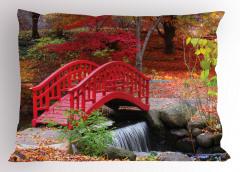 Kırmızı Ahşap Köprü Yastık Kılıfı Orman Ağaç Doğa