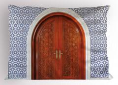Ahşap Kapı ve Geometrik Yastık Kılıfı Dekoratif