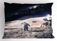 Şık Ay ve Astronot Yastık Kılıfı ABD Bayraklı