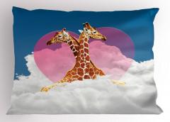 Zürafa Aşkı ve Bulutlar Yastık Kılıfı Kalpli