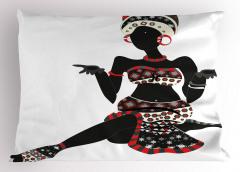 Oturan Afrikalı Kadın Yastık Kılıfı Şık Elbiseli Siyah