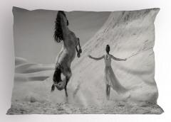 Kadın ve At Yastık Kılıfı Gri Kum Gökyüzü