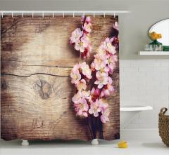 Kiraz Çiçeği Desenli Duş Perdesi Ahşap Arka Planlı