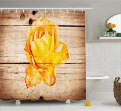 Şık Sarı Gül Desenli Duş Perdesi Ahşap Arka Planlı