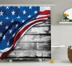 ABD Bayrağı Desenli Duş Perdesi Eskitme Ahşap Fon