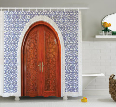 Ahşap Kapı ve Geometrik Temalı Duş Perdesi Dekoratif