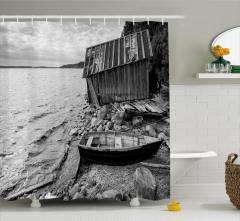 Göl Kıyısındaki Eski Tekne Duş Perdesi Siyah Beyaz