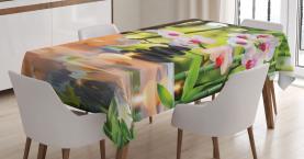 Spa mit Kerzen Orchideen Tischdecke