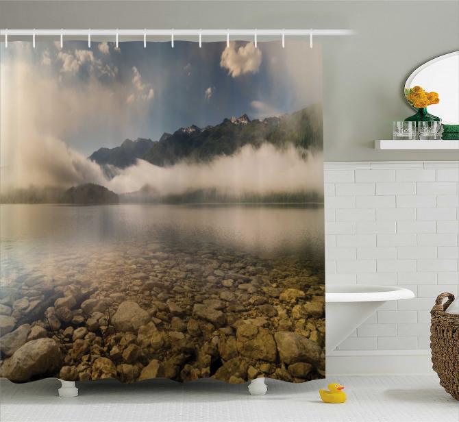 Göl Kenarı Manzaralı Duş Perdesi Dağlar Bulutlar