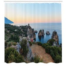 Ada Duş Perdesi Gökyüzü ile Kayalıklar ve Dağ Deniz Manzarası