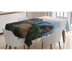 Ada Masa Örtüsü Gökyüzü ile Kayalıklar ve Dağ Deniz Manzarası