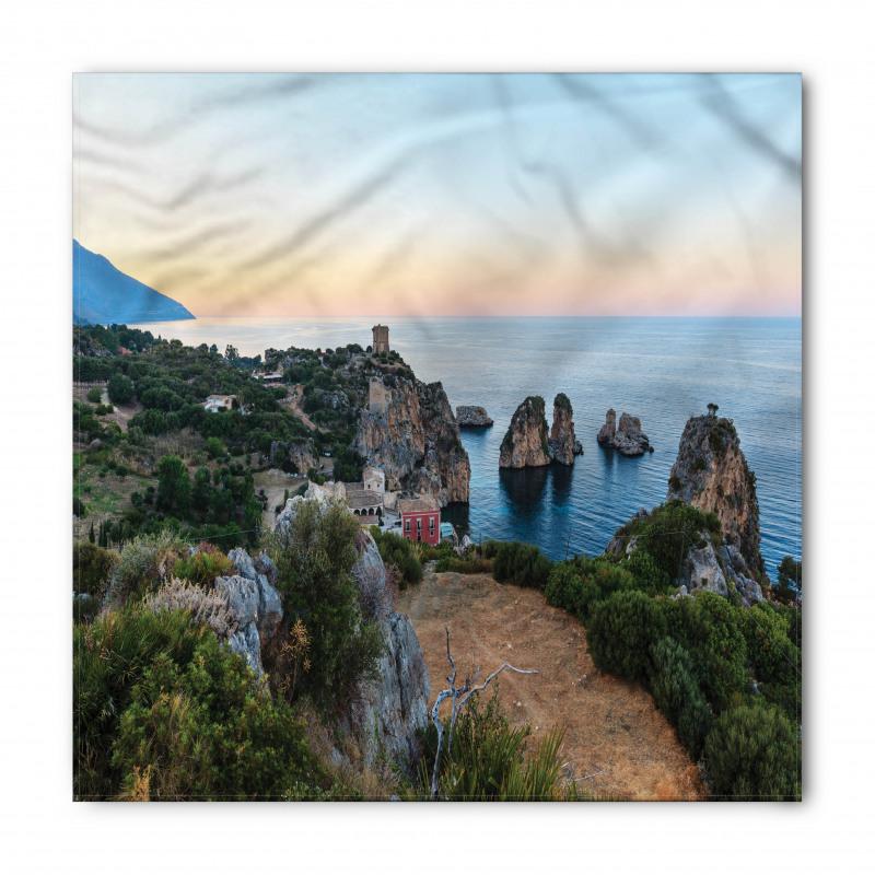 Ada Bandana Gökyüzü ile Kayalıklar ve Dağ Deniz Manzarası